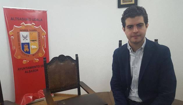 Javier Ollo (Geroa Bai), en el salón de plenos del Ayuntamiento de Alsasua.