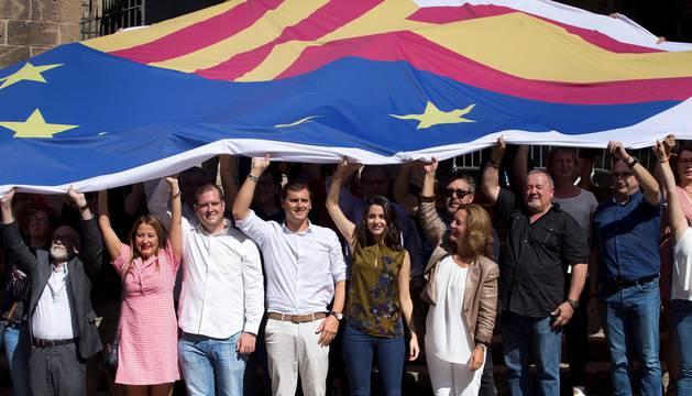 El presidente de Ciudadanos, Albert Rivera (4i), junto a la la líder de Cs en Cataluña y portavoz nacional, Inés Arrimadas (5i), y diputados en el Parlament y concejales en el Ayuntamiento de Barcelona