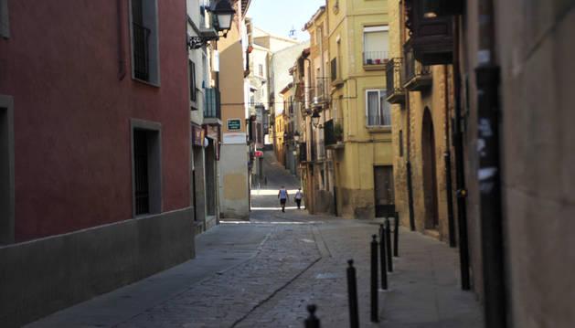 La calle Tubal con la entrada a la casa de cultura a la derecha.