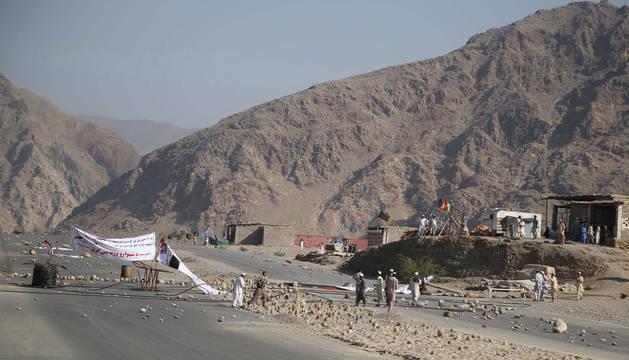 Afganos inspeccionan el escenario del ataque suicida perpetrado en la provincia de Nangarhar, en el este de Afganistán.