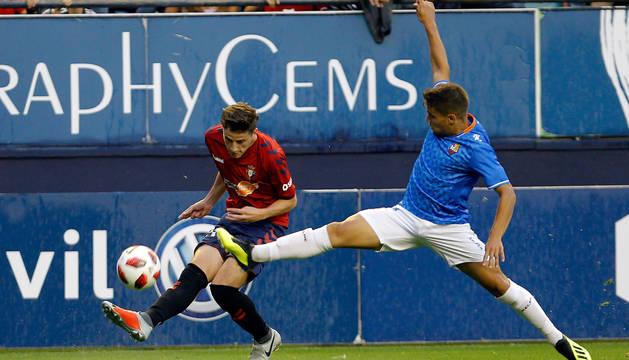 Miguel Olavide centra desde la banda derecha en el partido contra el Reus.