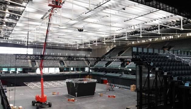 Trabajos de rotulación en el Navarra Arena