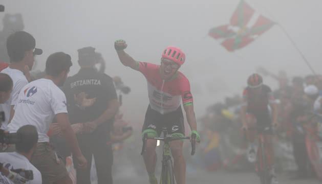 Michael Woods celebra su triunfo en la meta del Monte Oiz.