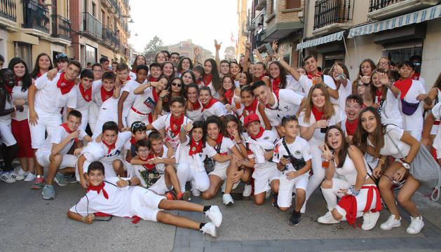 Las cuadrillas de jóvenes celebraron el inicio de fiestas uniéndose al pasacalles que recorrió el centro de Lodosa.