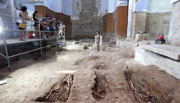 Juanjo Bienes Calvo, en el centro de la imagen, explica las claves de la excavación en la antigua iglesia de San Nicolás a un grupo de visitantes.