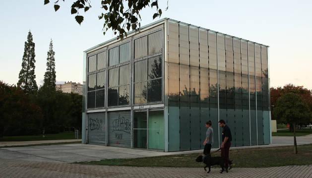 Aspecto que presenta el Cubo del Lago de Barañáin, abierto en 2004 y cerrado poco después.