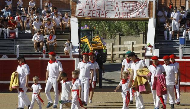 Los jóvenes de Sangüesa se reunieron para comer disfrazados e ir a la plaza de toros