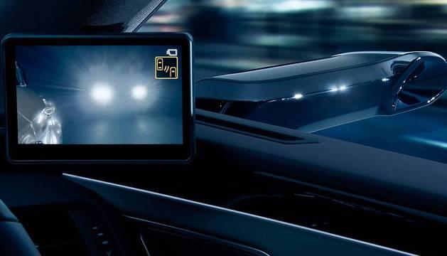 ADIÓS A LOS ESPEJOS. El sistema consta de una cámara exterior instalada en la carcasa del retrovisor que proyecta las imágenes a una pantalla ubicada en el extremo del habitáculo del vehículo.