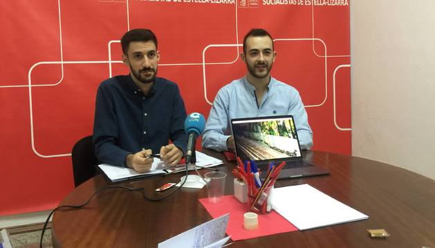 Ibai Crespo Luna y el edil Jorge Crespo Ganuza, este viernes en la sede del PSN de Estella.