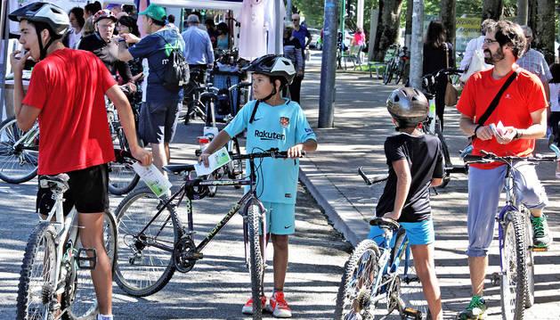 Un grupo de ciclistas espera en Antoniutti tras haber completado el recorrido.