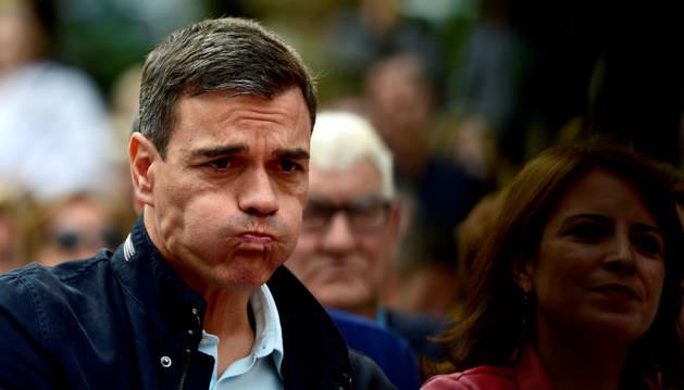 El presidente Pedro Sánchez se dispone a tragar agua el pasado domingo, durante un acto del PSOE en Oviedo.