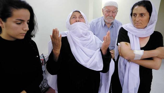 Madrugada del 25 de julio. El estado islámico se infiltra en siete aldeas de sweida (sur de siria) y pasa a cuchillo y fuego a sus habitantes. También secuestran a 30 personas, mujeres y niños. Dos logran escapar. Días después del  genocidio, un periodista de diario de navarra viajó a sweida y entrevistó a estas dos mujeres y a otras víctimas. El secuestro continúa en algún lugar del desierto sirio
