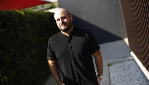 Rubén Unanua, en el exterior del albergue de Trinitarios, por donde pasan al año unas 2.000 personas sin hogar.