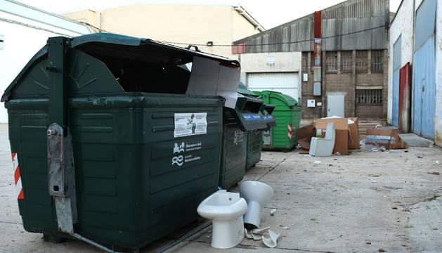 La suciedad y la falta de control a la hora de arrojar residuos a las basuras son otras de las quejas.