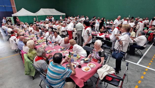 La comida popular se celebró en el frontón Mediano.