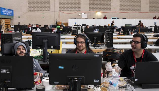 Patatas, bollos y bebidas energéticas fueron una constante en las mesas de los asistentes para aguantar las jornadas de juego delante de los ordenadores.
