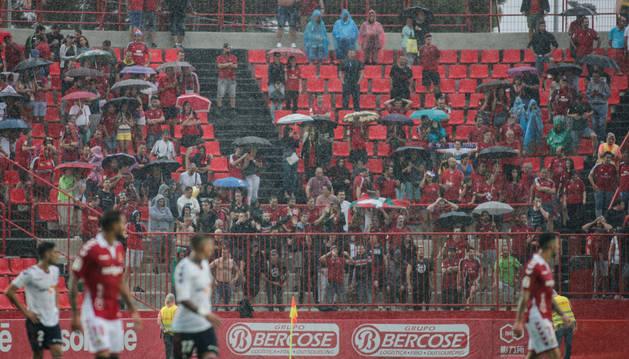 Los 300 aficionados de Osasuna coparon un ángulo del estadio. Además del trato que recibieron, tuvieron que soportar la tormenta y la derrota.