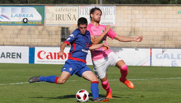 El defensa central Álvaro Meseguer se hace con el balón en Uritxe.