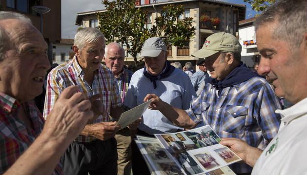 Muchos pastores se volvieron a encontrar ayer en Lekunberri. Algunos llevaban tiempo sin verse y compartieron fotografías, momentos vividos en Estados Unidos.