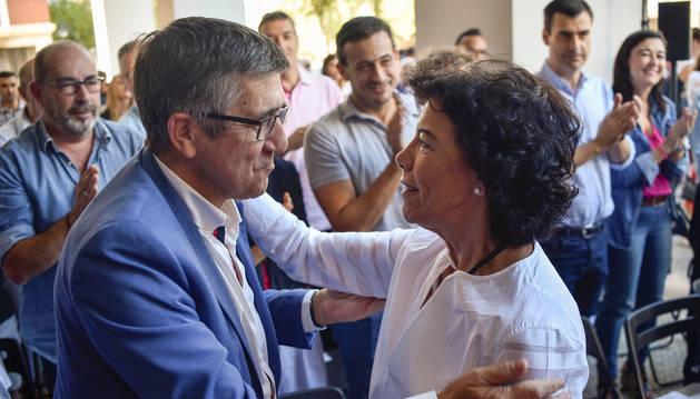 La portavoz del Gobierno y ministra de Educación, Isabel Celaá, saluda al exlehendakari Patxi López (i), momentos antes de comenzar el acto que el PSE ha organizado hoy en la Casa del Pueblo de Txurdinaga