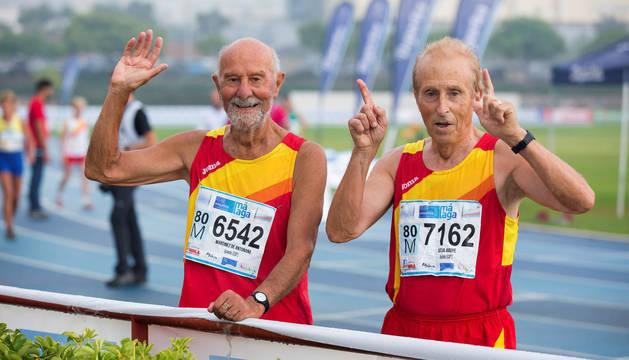 Josep Sitja (i) e Ignacio Martínez acaban de terminar su final de 400 metros en la pista del polideportivo de la Universidad de Málaga, una de las sedes donde se disputa el Mundial de Atletismo para Veterano