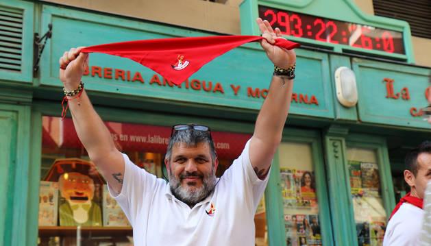 Foto de Carmelo Butini, propietario de la Casa del Libro, en la puesta en marcha del famoso reloj.