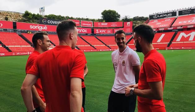 David Rodríguez, Clerc y Roberto Torres saludan a su excompañero Roberto Torres.