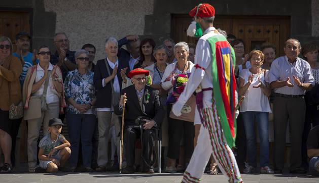 Sagaseta observa, sentado, las danzas, y luce la boina que le regalaron dos vecinas de Valcarlos, Mª Josefa y Mari Carmen París Inda.