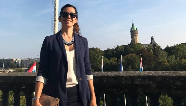 Beatriz Fernández de Arcaya, junto al puente Adolphe, símbolo de la libertad del país.