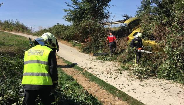 Hasta el lugar del suceso se desplazaron efectivos del parque de bomberos de Tafalla y agentes de la Policía Foral