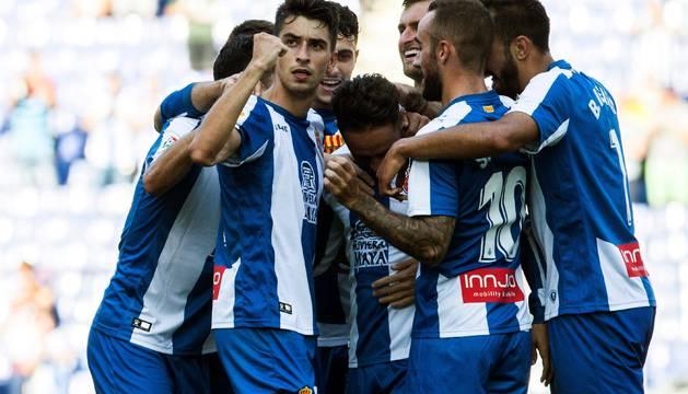 Los jugadores del Espanyol celebran el único gol del partido.