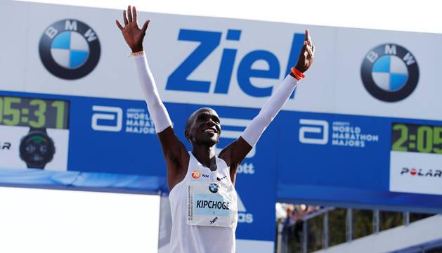 El keinano Kipchoge, tras lograr el récord del mundo de maratón en Berlín.