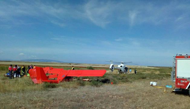 Los servicios de emergencia atienden al piloto del ultraligero.