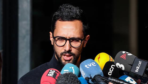 El rapero español Josep Miquel Arenas, conocido como Valtònyc, se dirige a los medios tras la sentencia de su juicio en los juzgados de Gante