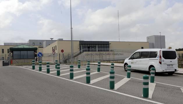 Un taxi llega al centro penitenciario de Pamplona, en la colina de Santa Lucía.