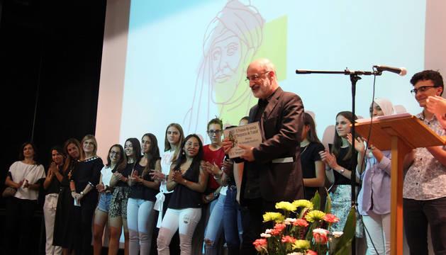 Cientos de alumnos y profesores presenciaron el acto de entrega del premio.