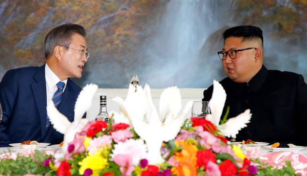 El presidente surcoreano, Moon Jae-in (i), y el líder norcoreano, Kim Jong-un (d), asisten a una comida de trabajo en el restaurante Okryugwan en Pionyang (Corea del Norte).