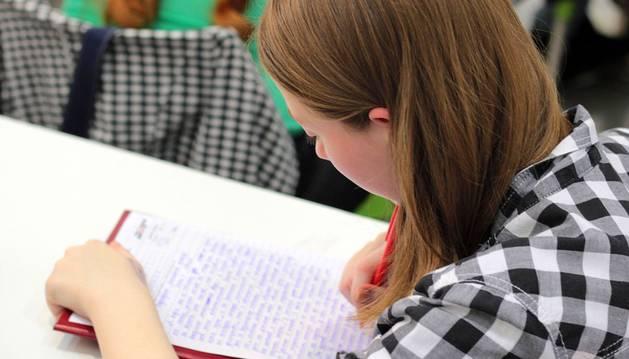 Una joven toma apuntes durante una clase