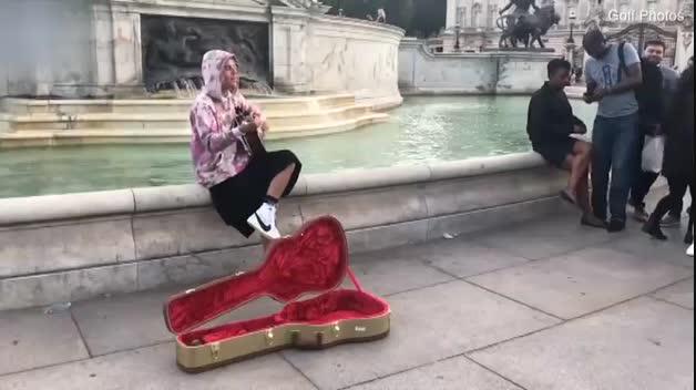 Justin Bieber saca su lado más romántico frente al Palacio de Buckingham en Londres