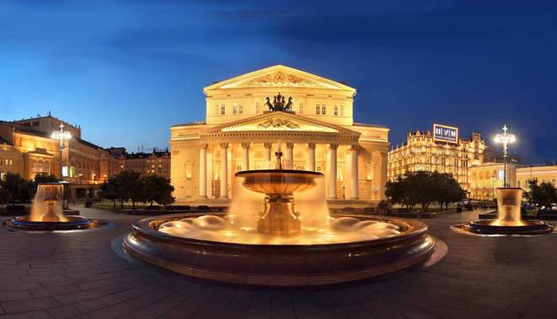 La proyección se realizará en tres fachadas de la Plaza Teatralnaya: la del Teatro Bolshoi (centro), la del Maly (izq.) y el RAMT (Teatro de la Juventud Académica Rusa).