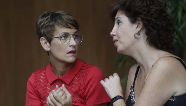 Las socialistas María Chivite y Ainhoa Unzu, hablando en el atrio del Parlamento antes del inicio del pleno de este jueves.