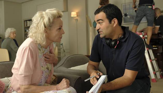 Martín Rosete, director de la película, habla con Caroline Silhol durante el rodaje del filme.