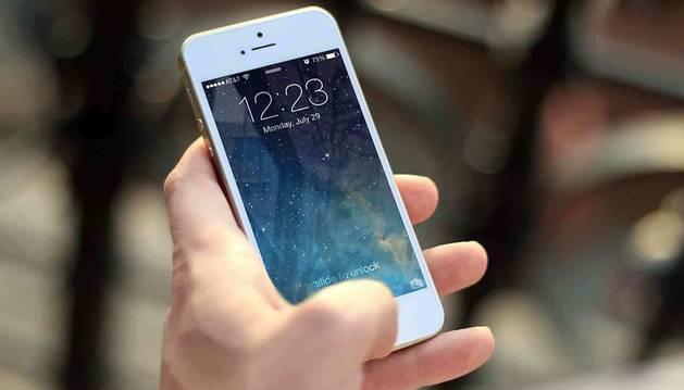 Foto de una persona interactuando con un móvil