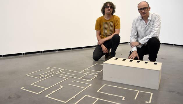 Mikel Cabrerizo y Paco Polán posan junto a una obra de la habitación 'Plantas de Interior'.