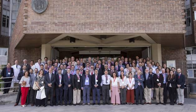 Antiguos residentes de Traumatología de la Clínica Universidad de Navarra ayer, en el VIII Reunión Extraordinaria de la especialidad.