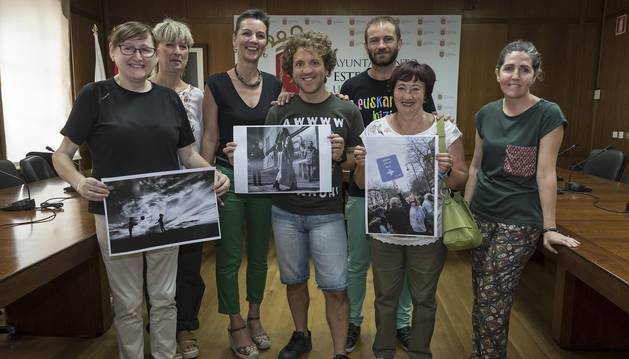 El jurado con las obras ganadoras. En el centro, el fotógrafo  de Diario de Navarra, Montxo Alfonso.