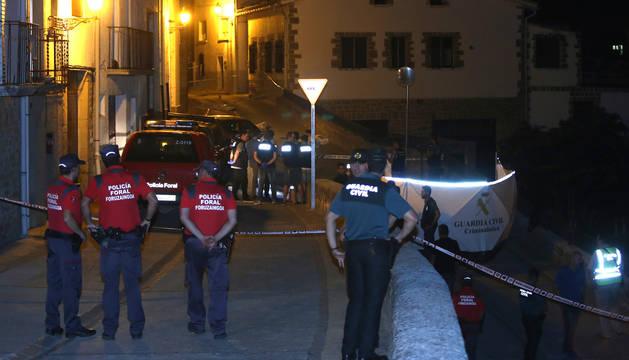 Agentes de Policía Foral y de Guardia Civil, en la calle Nueva de Cáseda.