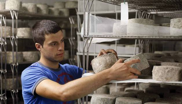 Julen Arburua, el pastor de 26 años, y el secreto del 'Infernuko gasna', un queso de campeonato
