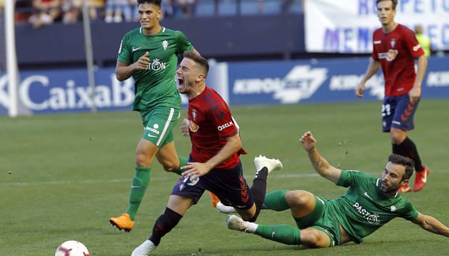 Kike Barja cae al suelo tras sufrir la falta de Molinero, que vio tarjeta amarilla.
