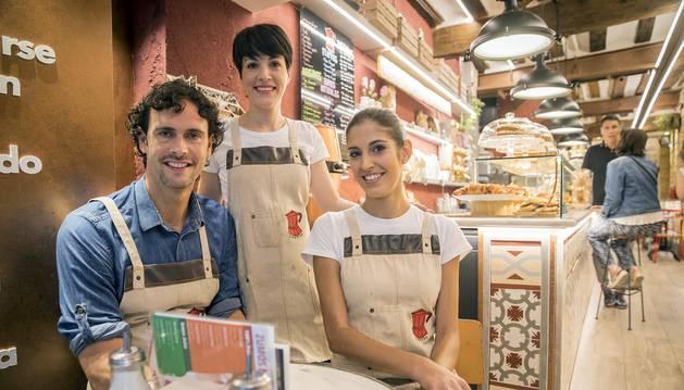 De izquierda a derecha, Alberto Alcalá, Debora Blanco y Beatriz  Acha, en el Café Fika.